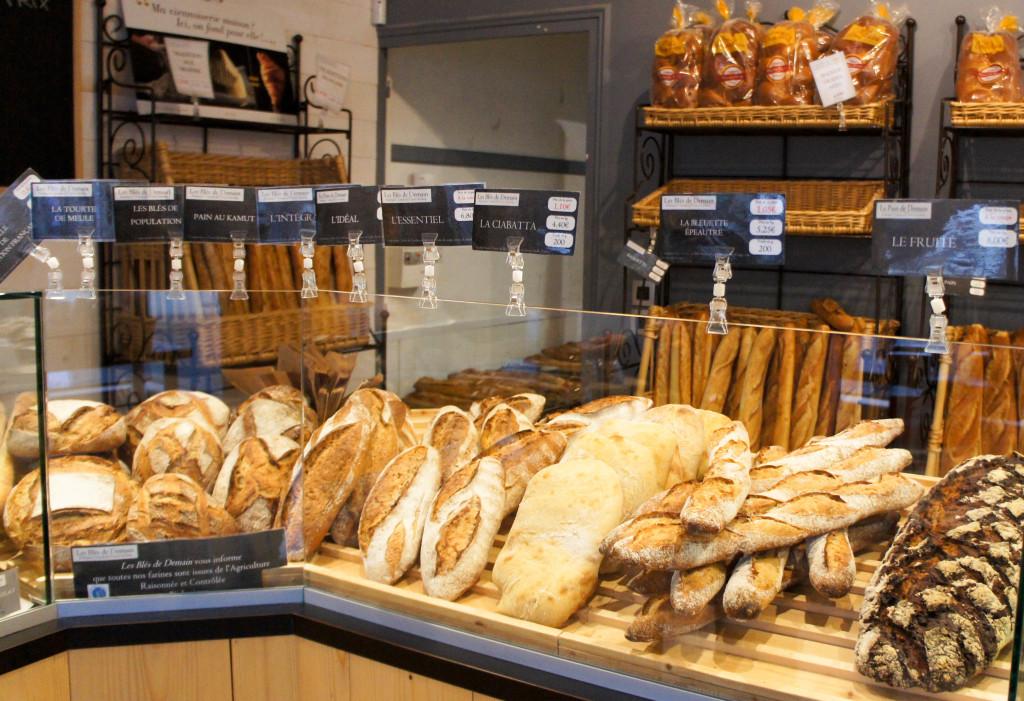 A Veigné, la boutique a conservé son caractère rustique et authentique, ce qui correspond bien aux produits proposés. Le pain est bien mis en valeur face au client avec une présentation à l'horizontale.