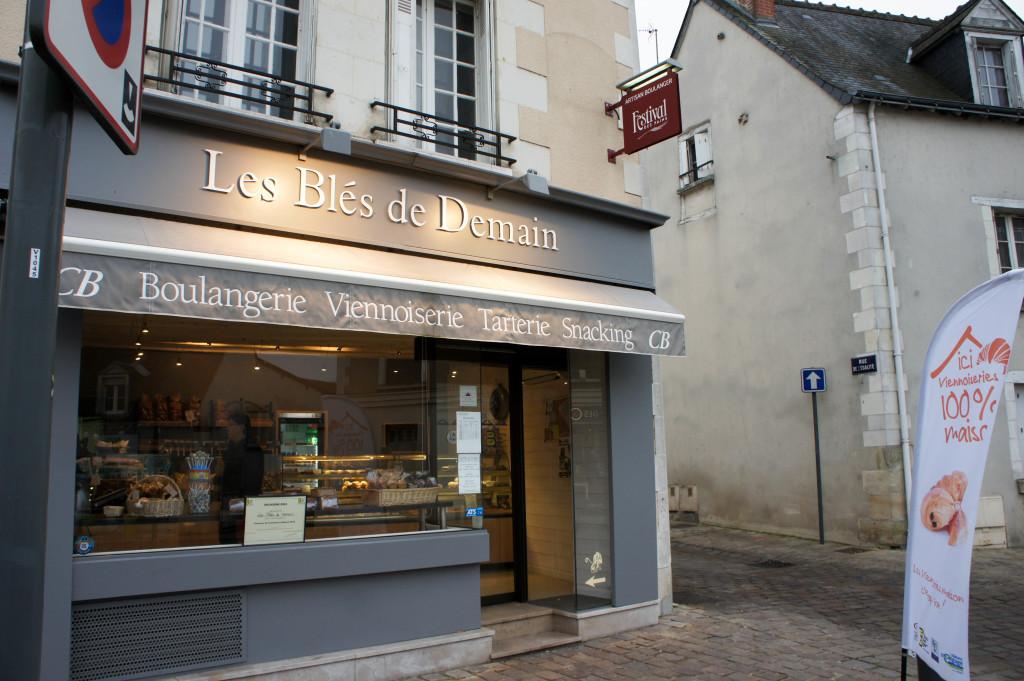 """Les Blés de Demain - Veigné. La boulangerie est engagée dans la démarche """"Viennoiserie 100% maison"""" et affiche le label en boutique et à l'extérieur."""