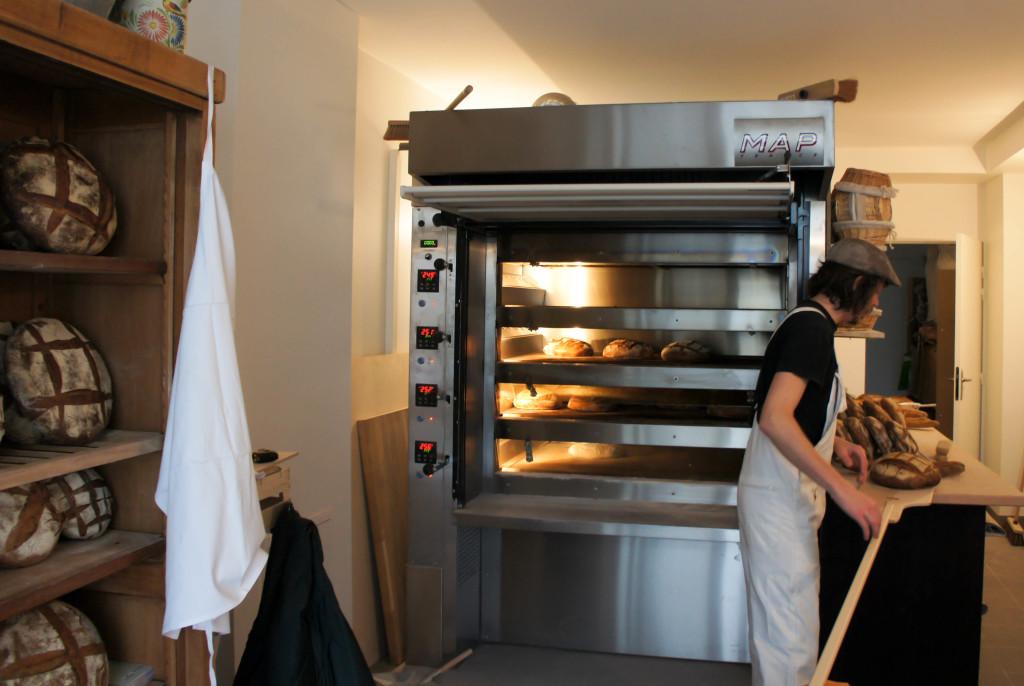 On entre directement dans le fournil : pas de boutique, c'est le boulanger qui assure le service... et partage sa passion.