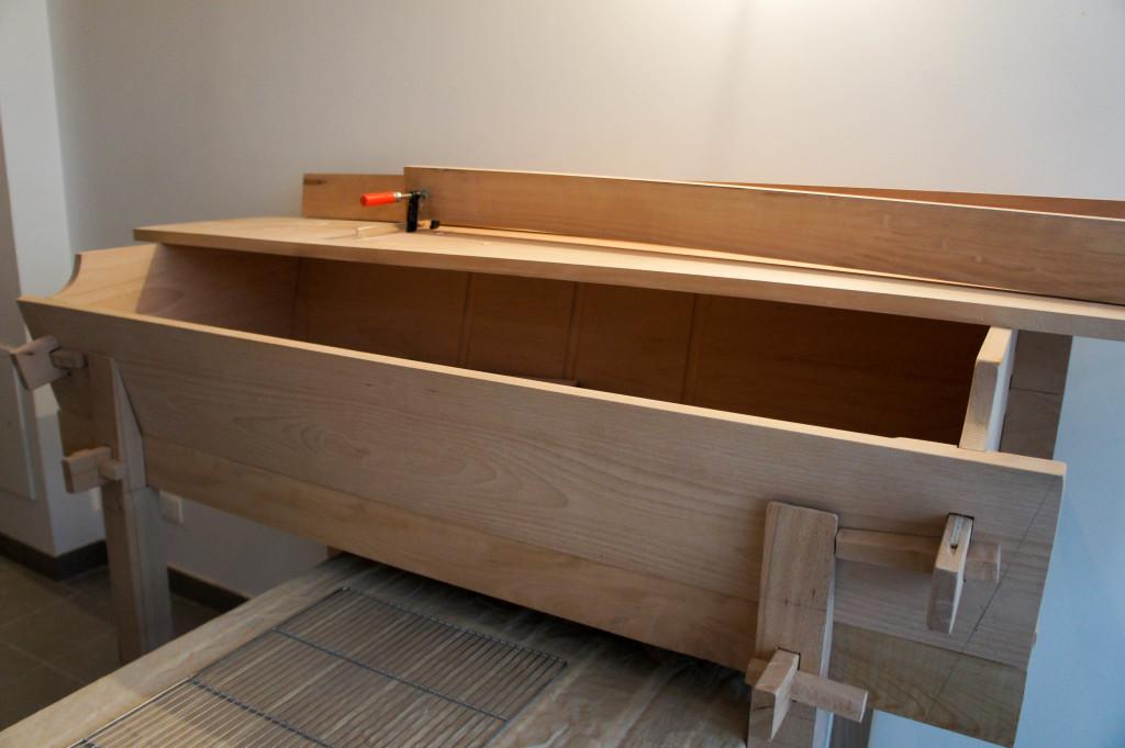 Le pétrin en bois en cours d'assemblage. Jusqu'à présent, au vu des quantités produites, Maxime pouvait pétrir dans des contenants plus petits.