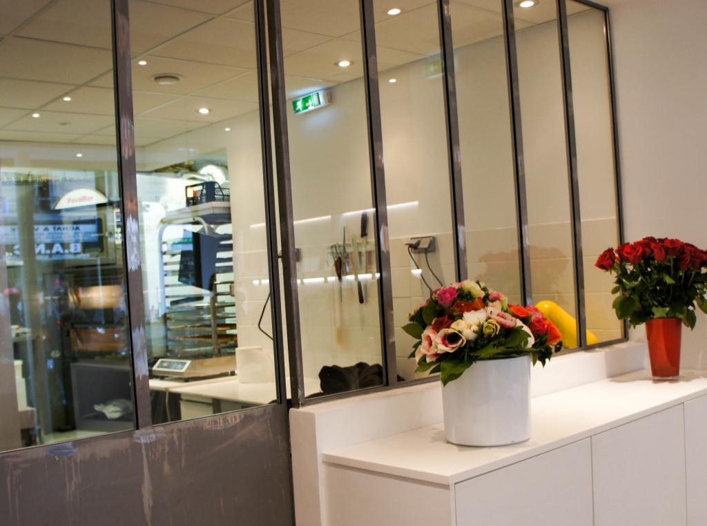 Le laboratoire, visible derrière une vitre. Au sous-sol, un espace équivalent à celui de la boutique est dédié à la chocolaterie.