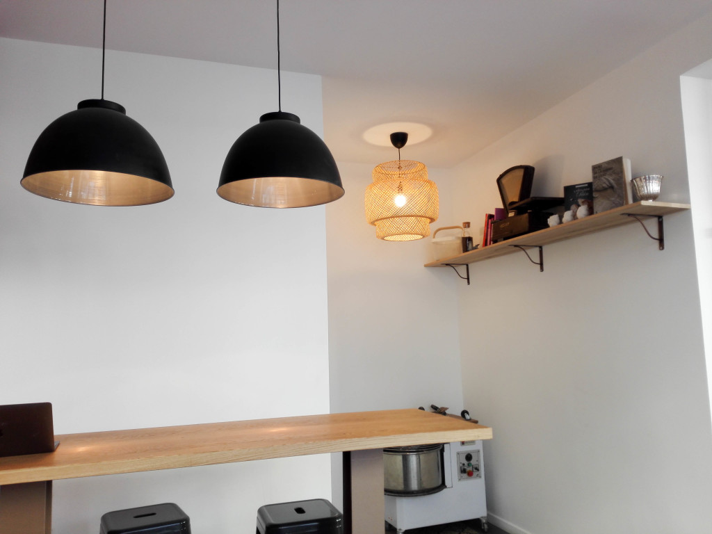 Au fond de la boutique, des tables hautes ont été installées et permettent de consommer sur place. Cela apporte de la vie et participe à créer de la convivialité.