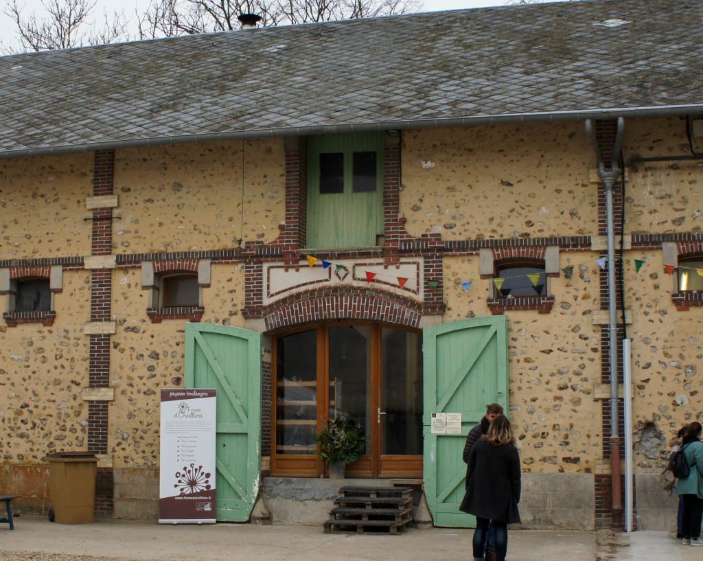 Le bâtiment refermant le fournil et l'ensemble des outils liés à la production du pain (meunerie, etc.)