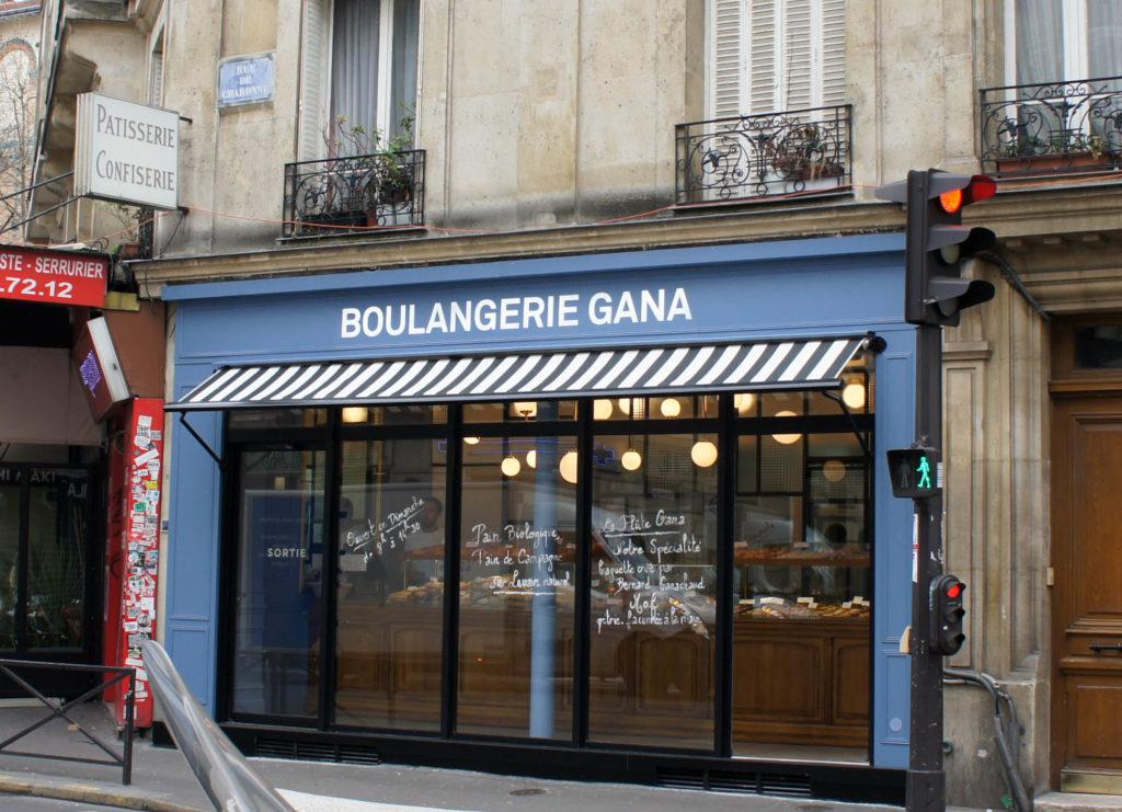 Une devanture bleue, voilà qui n'est pas banal pour une boulangerie. La marque Gana est bien présente en façade.