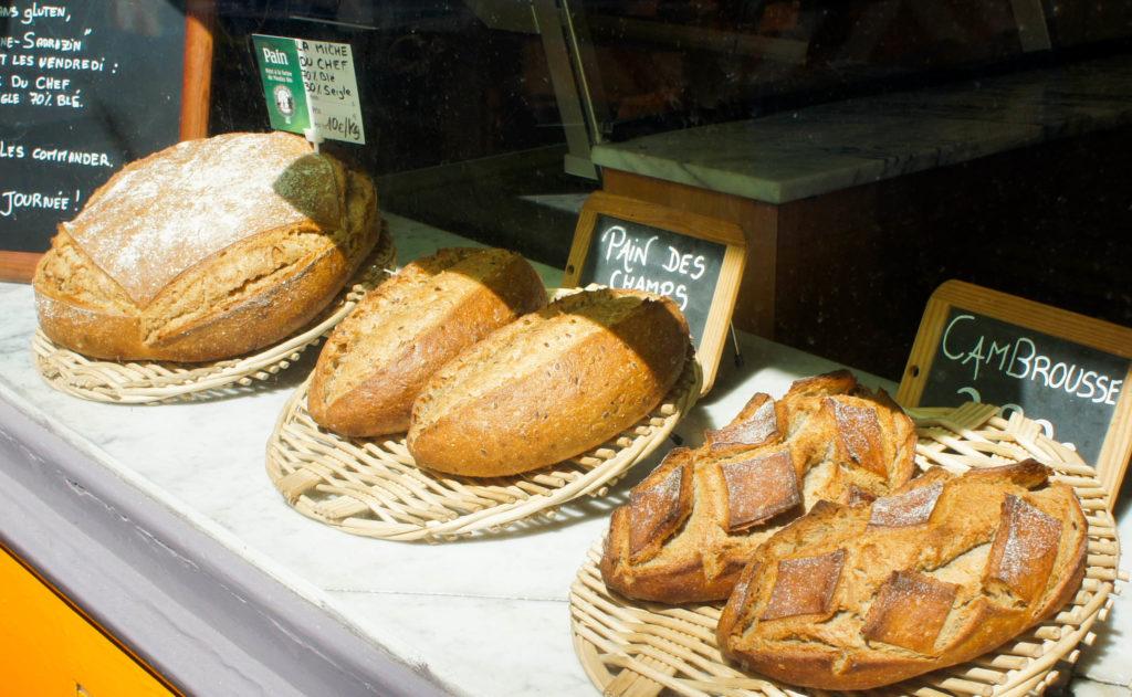 Les pains toujours en vitrine, avec notamment le Cambrousse, véritable signature des lieux avec 20% de sarrasin, ce qui lui confère un caractère marqué.