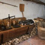 A côté du four, un ancien pétrin manuel et quelques objets pour meubler ce lieu qui a changé plusieurs fois de destination : foyer de mendicité, prison, ...