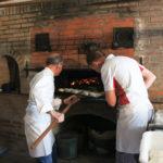 Pour l'occasion, un ancien boulanger de Beaugency et un démonstrateur des Moulins Foricher animaient le four.