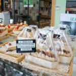 Les brioches feuilletées (nature, aux macarons...) et les gâteaux de voyage rencontrent un vif succès ici : cela correspond bien à une clientèle de passage, car ce sont des gourmandises accessibles et faciles à transporter.