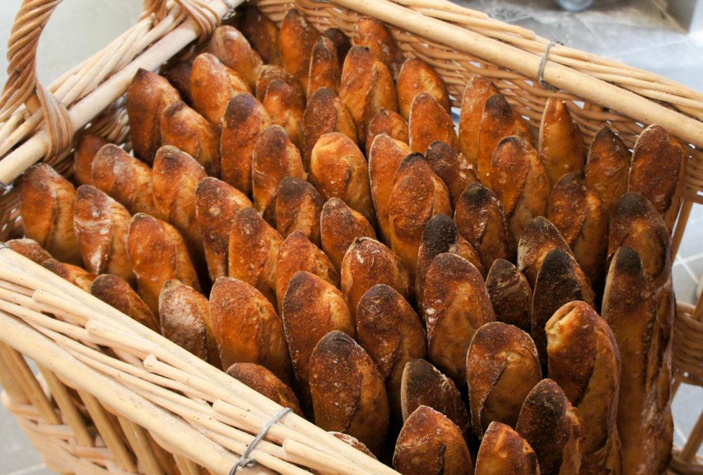 Les baguettes de Tradition Bagatelle Label Rouge, façonnées à la main et cuites dans le fameux four Llopis.