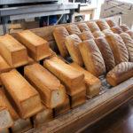 Le pain de mie complet et le Brun de Plaisir (pain complet sur levain naturel travaillé avec du miel), des pains santé développés par Patrick Cognard et son équipe. La farine CRC avec laquelle ils sont fabriqués bénéficie d'une attention toute particulière à la mouture, pour éviter toute contamination.