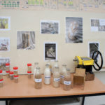 Explication du processus de mouture aux visiteurs du moulin.