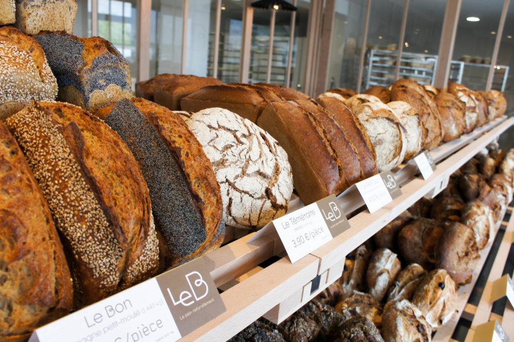 Tous les pains sont présentés à la hauteur du client, pour un rendu très gourmand.