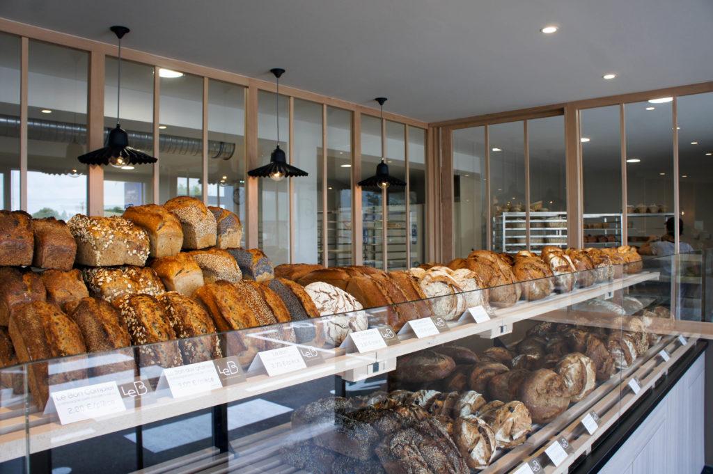 Le fournil communique de façon fluide avec la boutique grâce à la large baie vitrée.