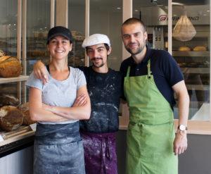 Une équipe souriante et passionnée par le pain au levain naturel. Tous les trois se sont lancés dans l'aventure après des parcours variés : restauration, communication, ... leur dénominateur commun a été tout trouvé ici.