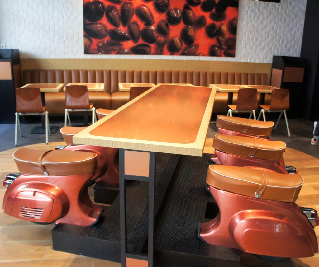 La table centrale et ses sièges en forme de scooter. J'avoue que je n'adhère pas, mais c'est un avis strictement personnel.