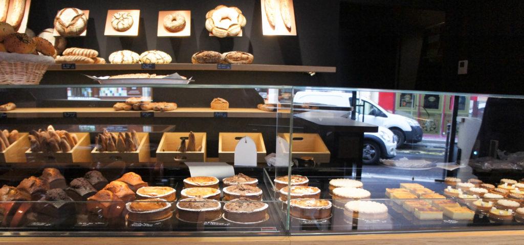 Les gammes sont resserrées sur des produits simples : des tartes et gâteaux de voyage pour la pâtisserie, des viennoiseries, du pain, quelques salades et desserts, c'est tout.