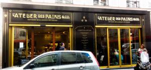 """Rue de Ponthieu, la famille Garreau a installé son Atelier des Pains """"& Co"""". La façade indique Artisan Boulanger Pâtissier mais rien ne l'indique vraiment à l'intérieur : l'espace boulangerie est réduit à portion congrue tandis que les propositions salées bénéficient de larges linéaires."""