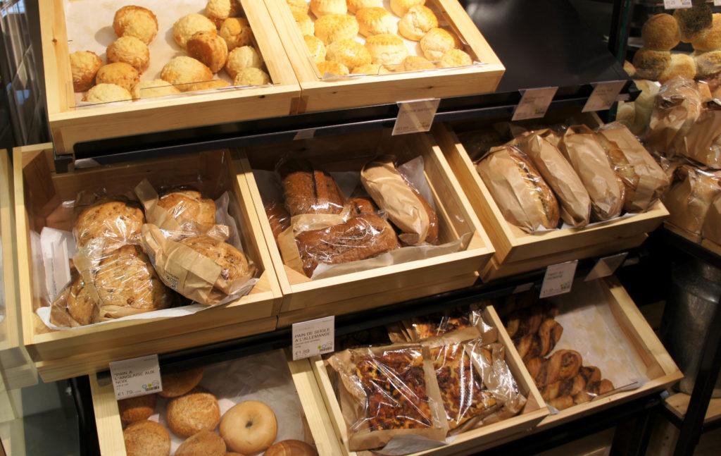 Du pain à foison chez Marks & Spencer Beaugrenelle. La cuisson est réalisée à la vue du client et il est chaud à toute heure de la journée. Le produit est de piètre qualité mais l'aspect pratique et les prix rendent le tout assez attractif pour une certaine clientèle.