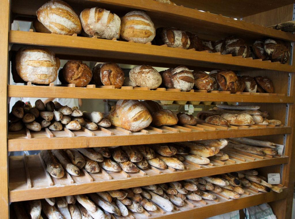 """Je ne désespère pas que de """"vraies"""" boulangeries puissent exister à Paris, en se concentrant sur leur métier de base. Il y a quelques beaux exemples en région : ici chez Partisan Boulanger à Lyon (69), qui a fait le choix de vendre du pain, de la viennoiserie et quelques gourmandises boulangères. Il a ainsi fidélisé une clientèle sensible à son engagement et à la qualité de ses produits."""