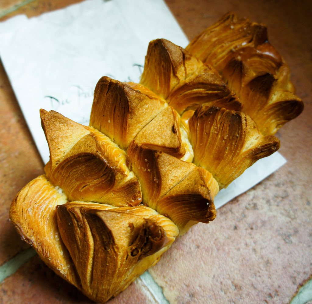 """Le pain feuilleté à la fleur de sel : un visuel attirant, des """"pics"""" croustillants et une saveur relevée par les cristaux de fleur de sel."""