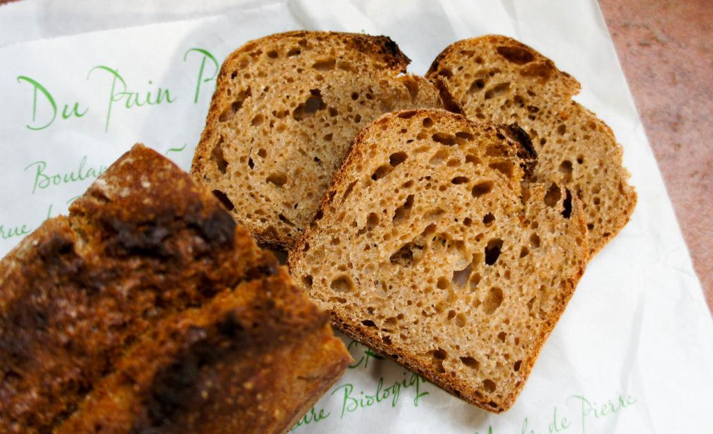 Le pain à la farine intégrale de Rouge du Roc, une variété de blé ancienne. Ses saveurs douces et sucrées en font une vraie gourmandise.