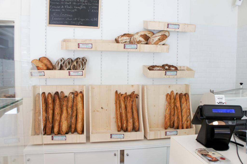 Le mur à pains, présenté dans un décor très sobre : le produit est la star ici.