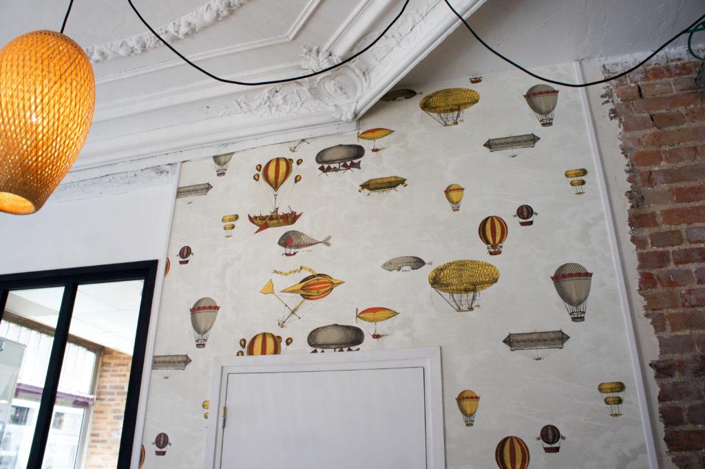 Le papier peint illustré : comme au cours de la fermentation, on y retrouve de multiples bulles... de Montgolfières.