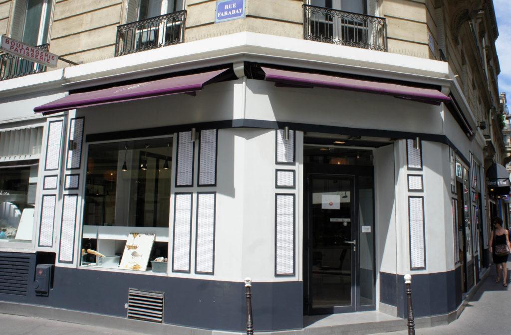 La façade a été repeinte et la circulation en boutique a été revue pour créer plus d'espace et de lumière.