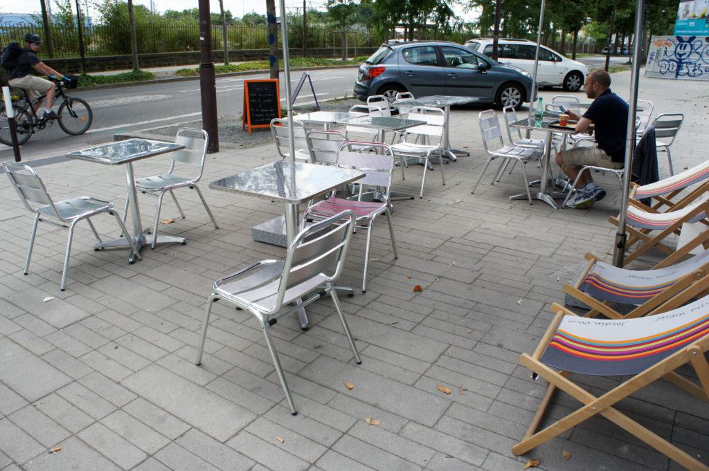 La terrasse et ses chaises longues.