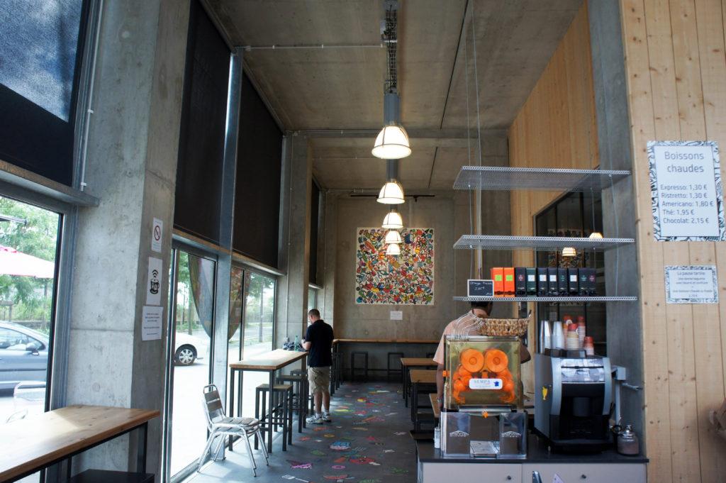 Côté salle, les clients peuvent s'attabler pour consommer sur place en toute saison.
