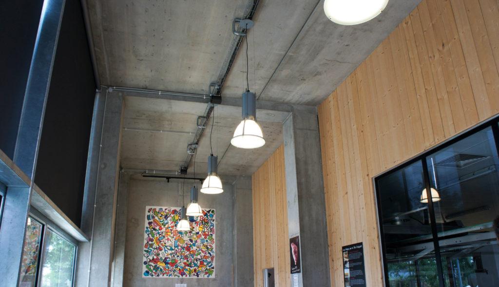 Le style peut surprendre : avec des murs et un plafond en béton brut, on est bien loin des codes habituels de la boulangerie. Il y a cependant une vraie cohérence avec le quartier, son héritage industriel et le style adopté par la plupart des lieux ouverts aux alentours, avec notamment le Hangar à Bananes reconverti.