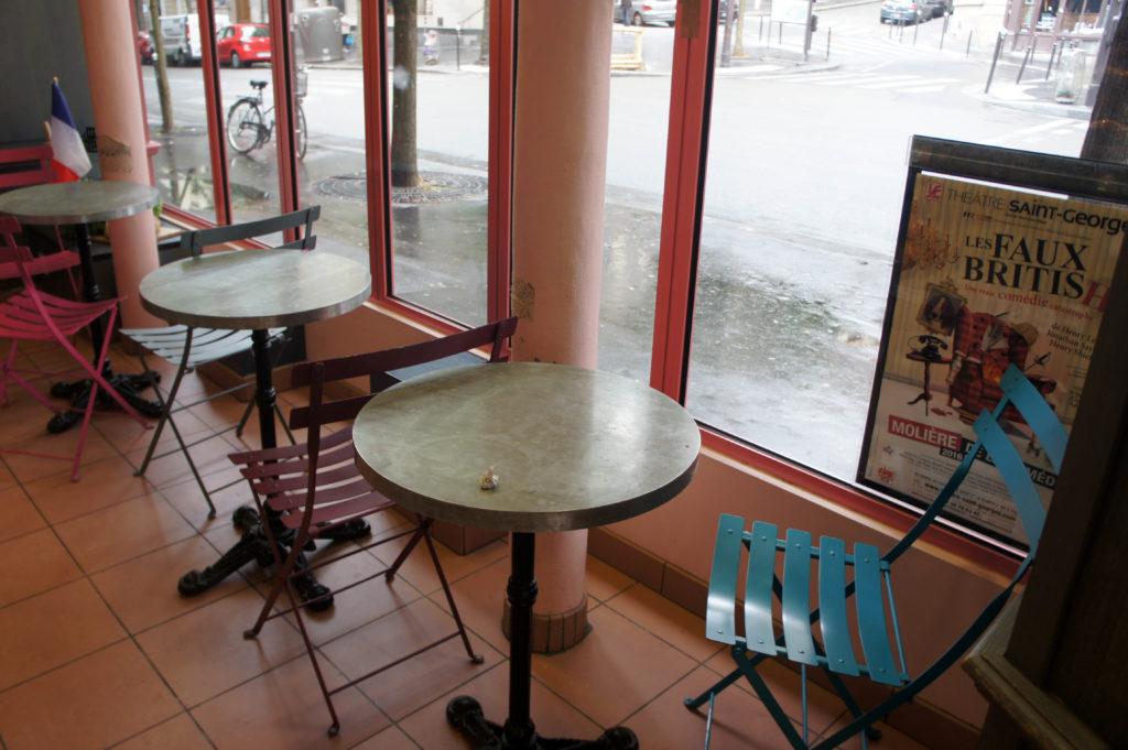 Quelques tables sont disposées dans la boutique pour permettre la consommation sur place.