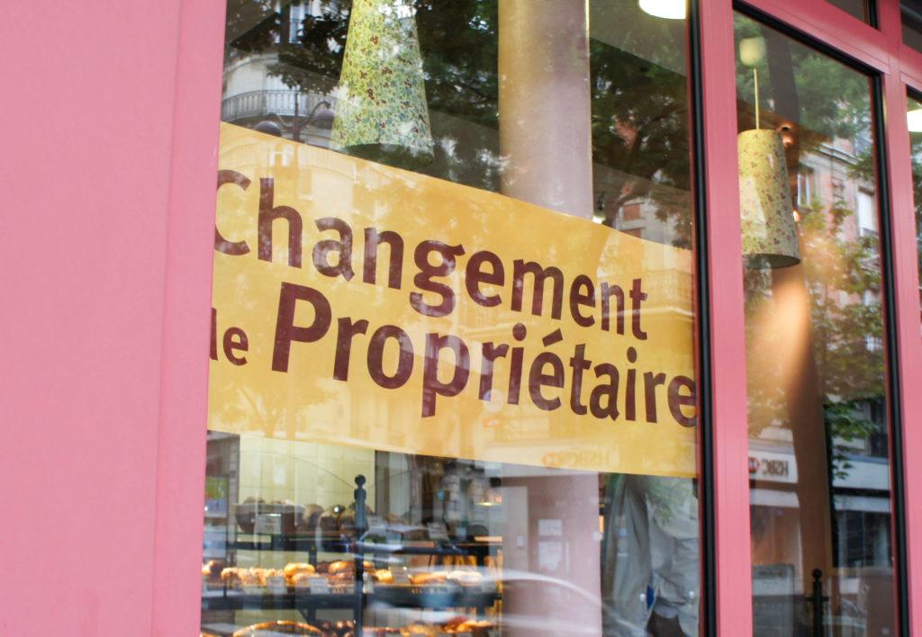 De l'extérieur, le seul signe de changement est cette affiche Changement de Propriétaire. C'est assez peu.