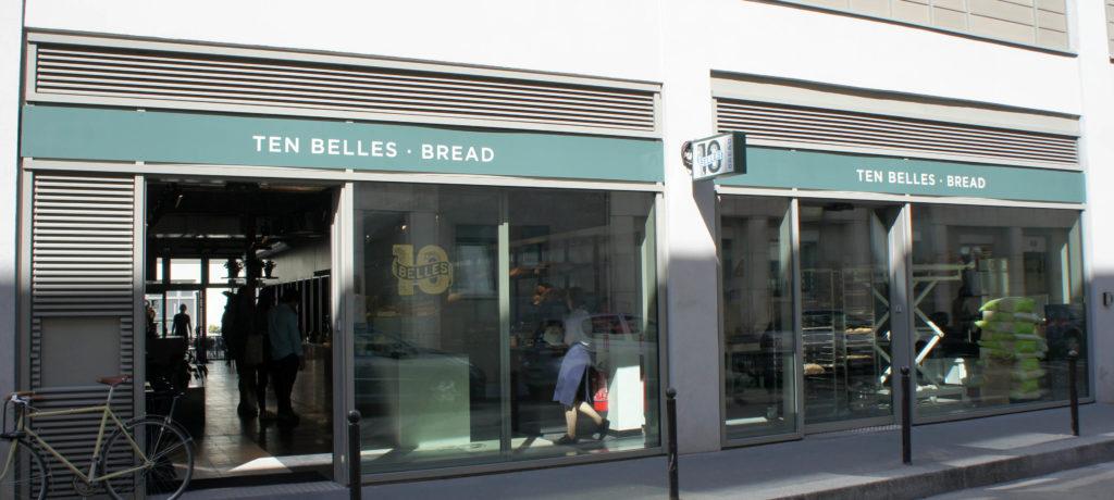 La façade sur la rue Bréguet, avec la boutique-salon de café et le laboratoire ouvert sur la droite.