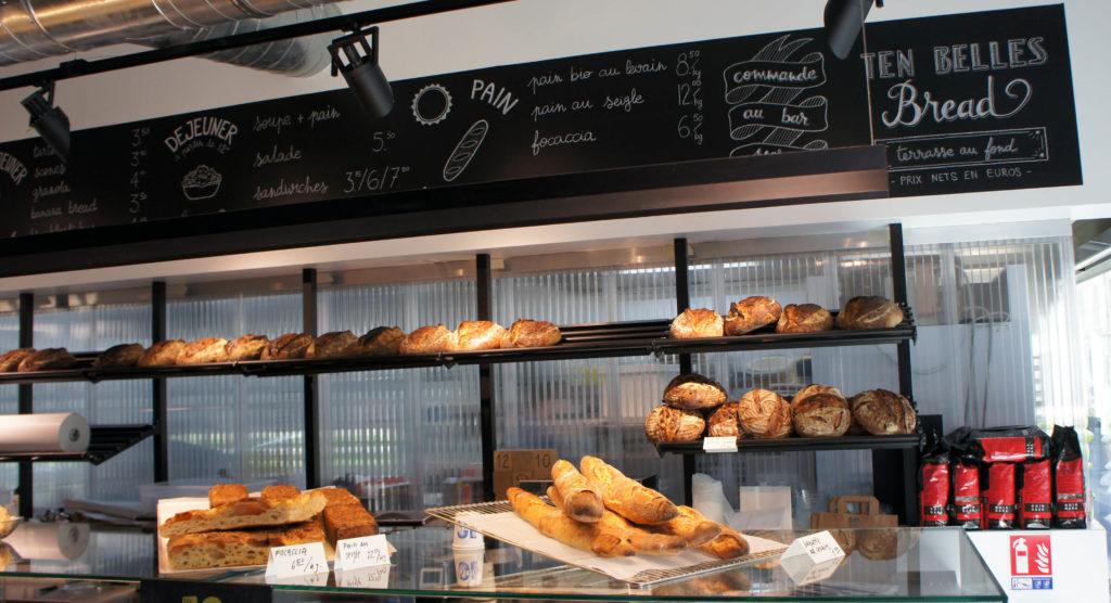 Les pains sont présentés à l'entrée, derrière le comptoir.