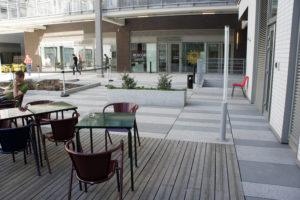 La terrasse est particulièrement agréable : située dans une cour au calme, elle permet de faire une pause à l'abri de l'agitation parisienne.