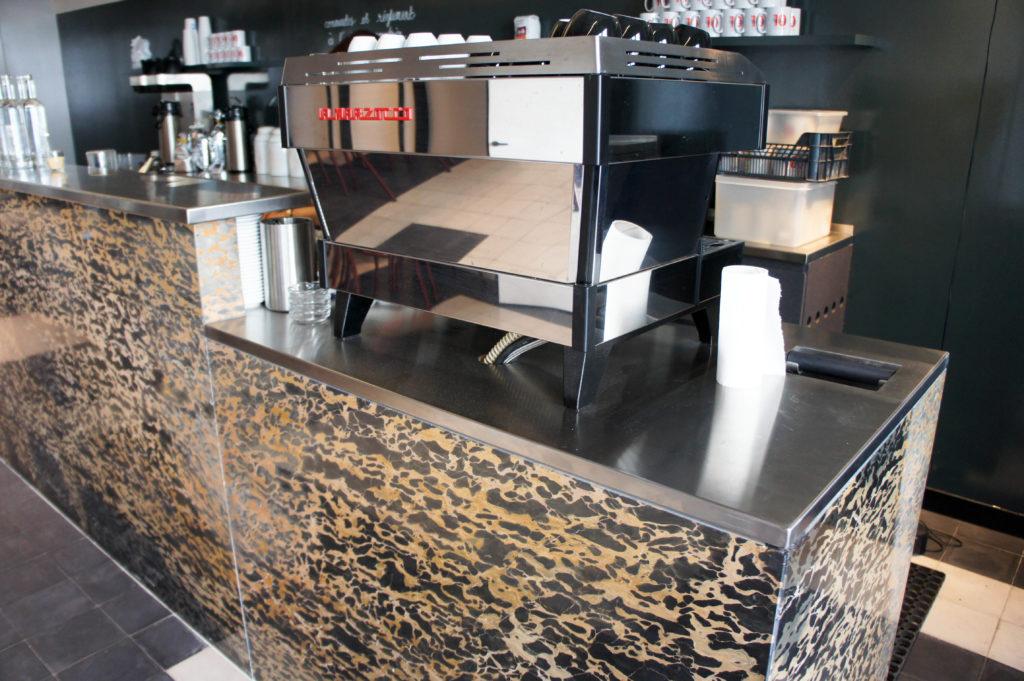 Une des fameuses machines à café La Marzocco : un investissement important