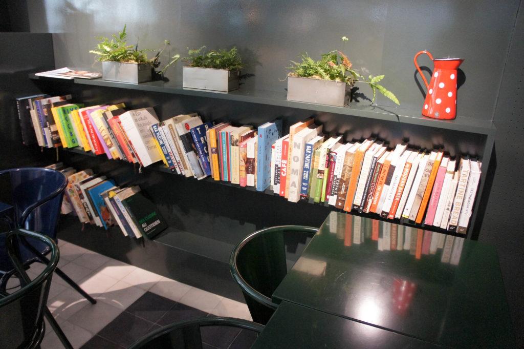 Le coin bibliothèque avec ouvrages variés : café, pain, pâtisserie...