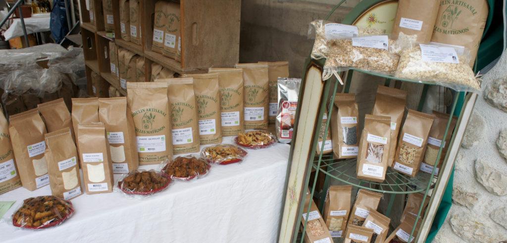 Les farines, graines et autres ingrédients présentés avec des idées d'utilisation.