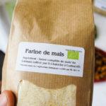 Sur le sac de farine de maïs, le nom de l'agriculteur est indiqué clairement.