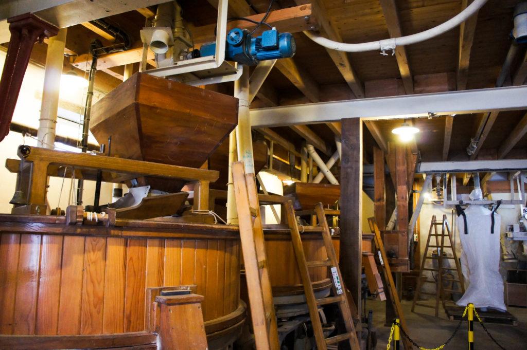 Dans le moulin à meules, le bois reste omniprésent.