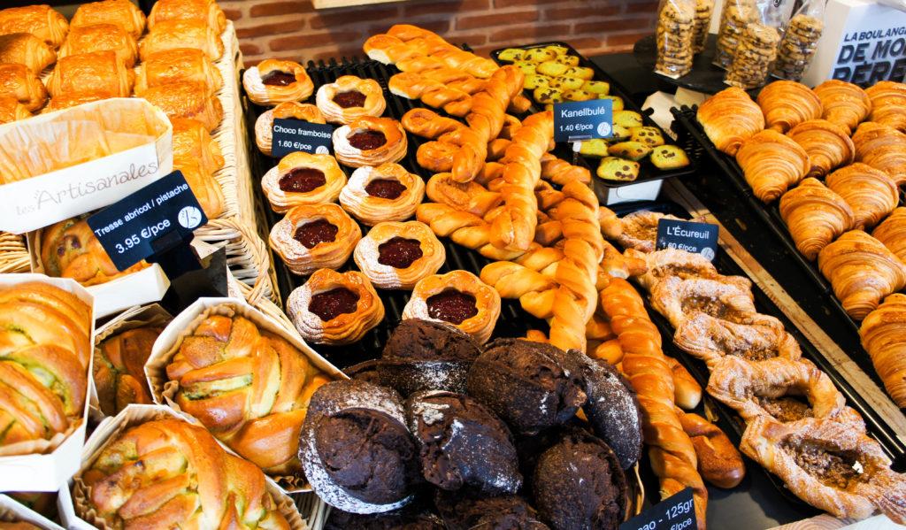 Une belle présentation de gourmandises dans la Boulangerie de Mon Père. Le choix de disposer les produits sur un seul niveau, à la hauteur du client, est particulièrement pertinent : cela suscite une envie immédiate.