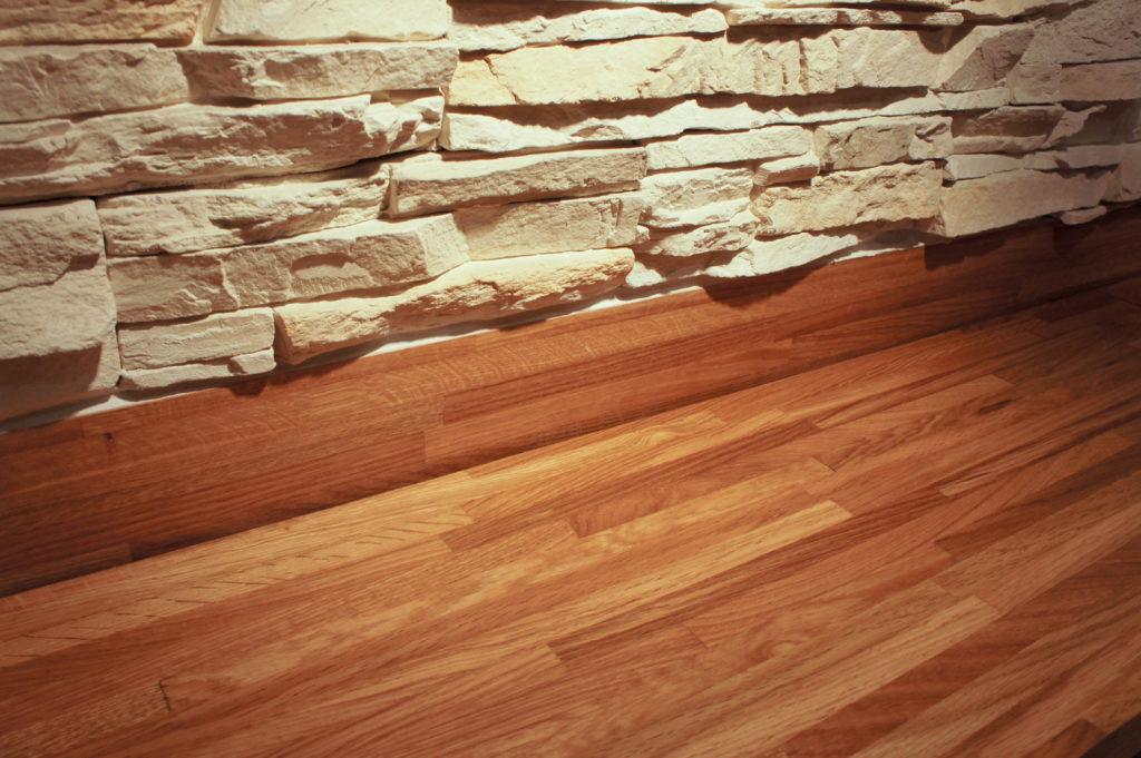 De la pierre et du bois : la boutique associe des matériaux de qualité.